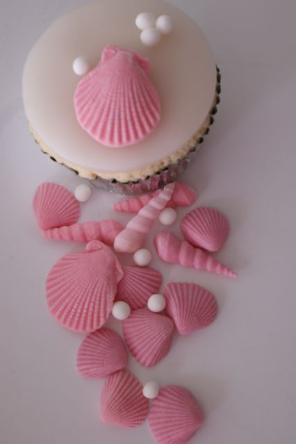 Set of shells and pearls